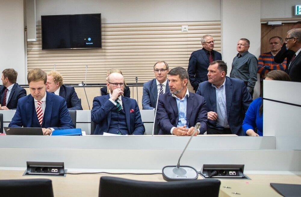 Esireas vandeadvokaadid Elmer Muna (vasakul) ja Paul Keres ning kohtualune Ain Kaljurand