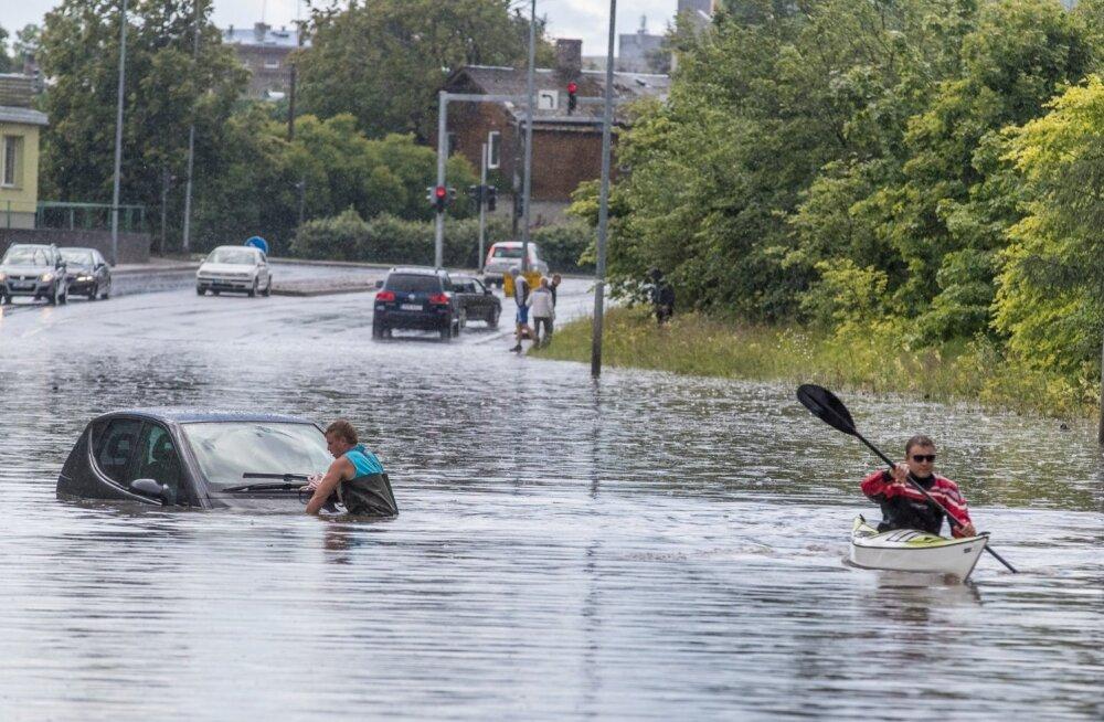 Laagna teel on autod katuseni vees