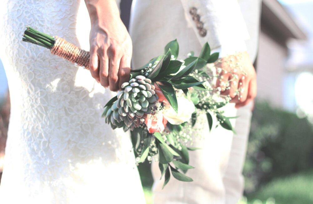 Abielunaise lugu: meid vaadates mõeldakse, kuidas nii kena mees küll sellise naisega elab