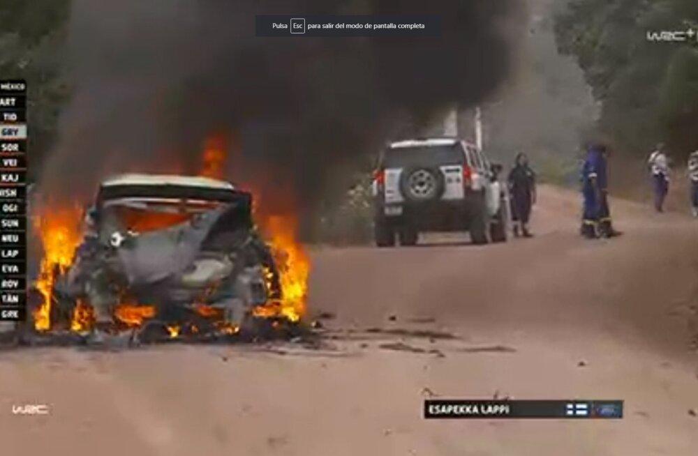 FOTOD JA VIDEO | Esapekka Lappi masin läks põlema, mehed põgenesid autost