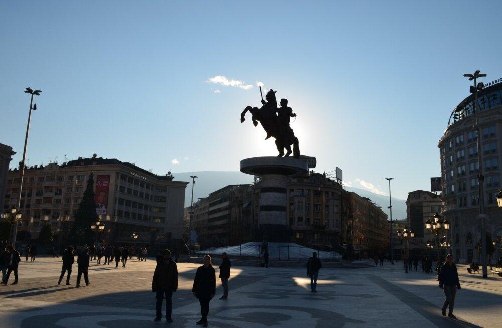 """Üle Skopje linnasüdame kõrguv monument """"Sõdalane hobusel"""", mis kujutab Aleksander Suurt hobuse seljas. Skulptuur valmis 2011. aastal ja maksis umbkaudu 7,5 miljonit eurot."""