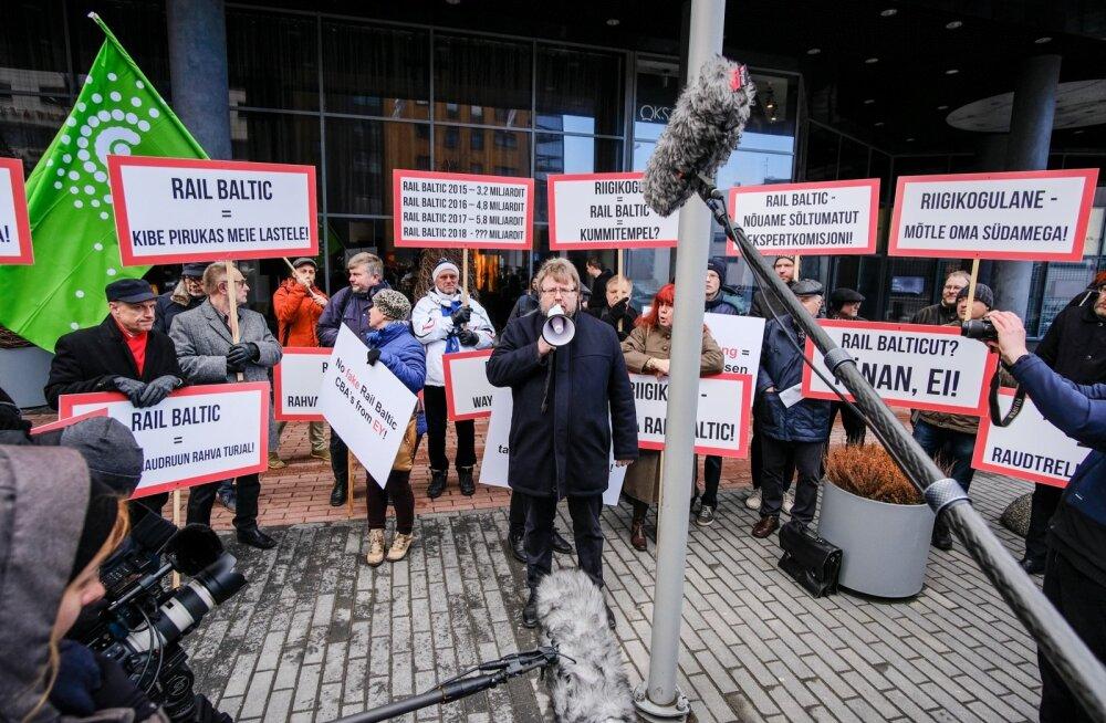 Samal ajal, kui Rail Balticu konverentsi peeti, avaldasid raudteevastased Swissoteli ees protesti.