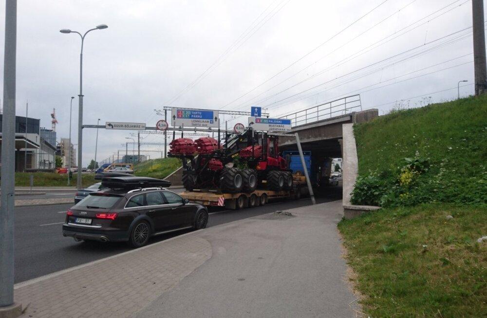 ФОТО: В Юлемисте грузовик снес дорожные знаки — один столб представляет опасность