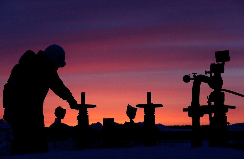 Tööline Bašneftile kuuluval naftaväljal torujuhet kontrollimas.