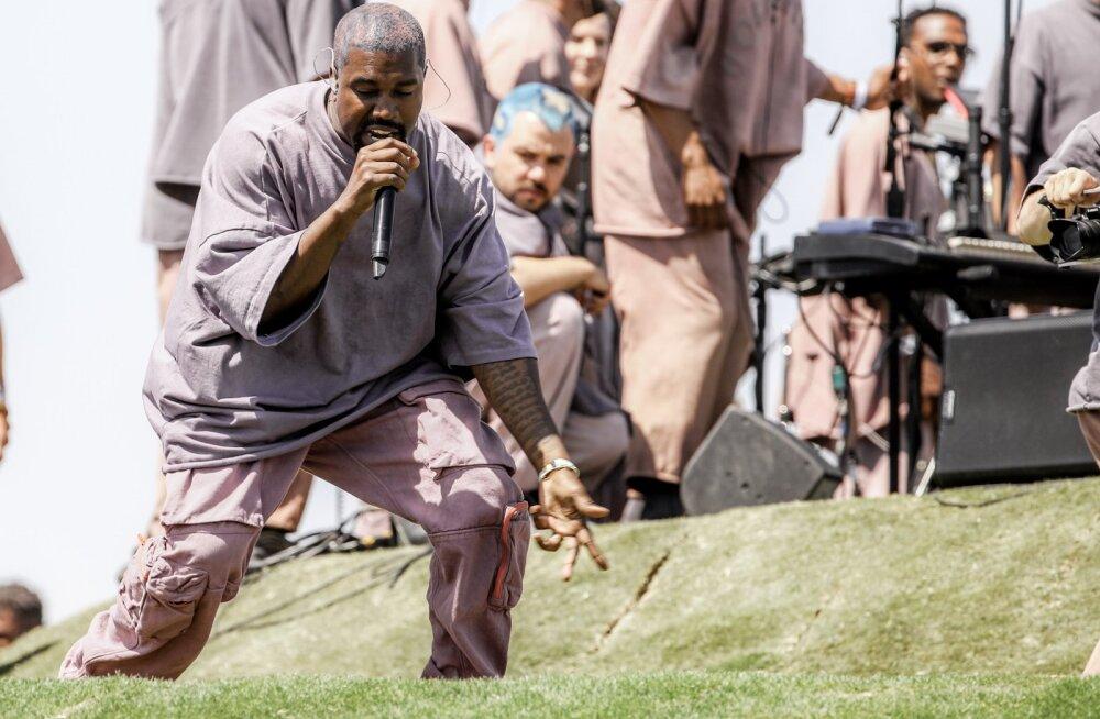 Tõeline pühak? Fännid müüvad hingehinnaga muru, millel Kanye West Coachellal kõndis