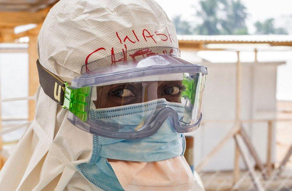 Ebolaga võitleja kaitseriietuses mulluse epideemia ajal Sierra Leones