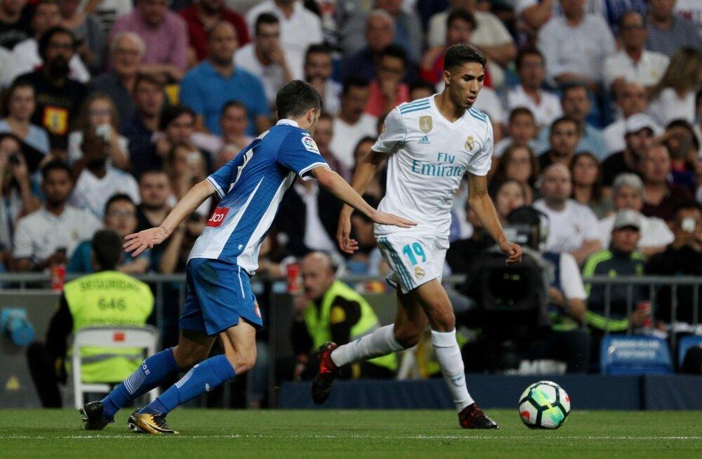 Achraf Hakimi (paremal) Madridi Reali särgis.
