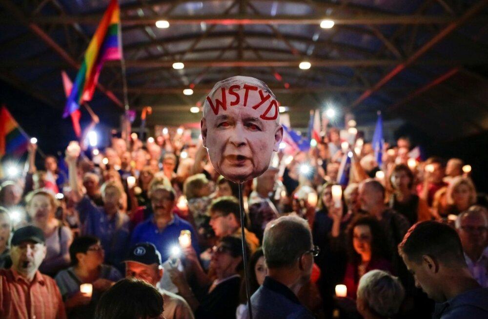 """Suvel Poolas Krakowis kohtureformi vastu protestinud inimesed olid kaasa võtnud võimupartei liidri Jarosław Kaczyński näopildi kirjaga """"Häbi"""". Vit Hloušeki hinnangul võib Poola kunagi jõuda tagasi täieliku liberaaldemokraatiani."""