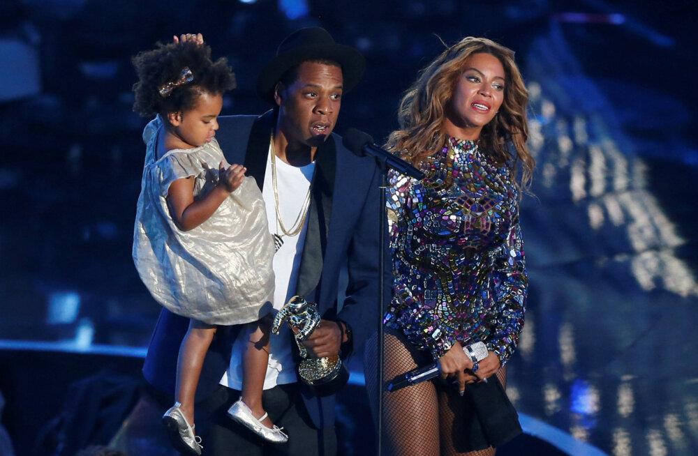VIDEOD | Ohtlik olukord! Joobes mees tungis Beyoncé'i ja Jay-Z kontserdil lavale ning asus staare taga ajama