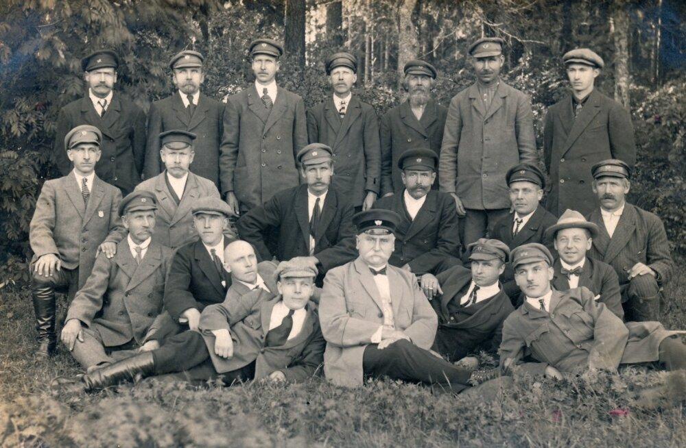 Roela metskonna töötajad 1930ndate algul. Keskel metsaülem Karl Ahrens, kes on tuntud ka Hiiumaale Luidja lepiku rajajana. Lepik istutati XX sajandi alguses tuiskliivade kinnistamiseks.