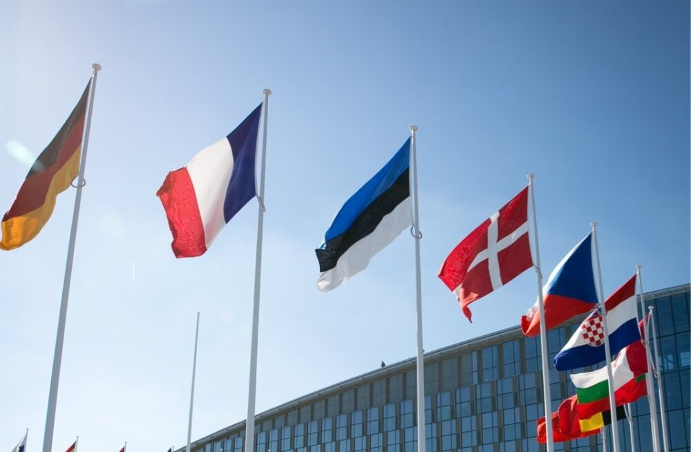 Osa suurest tervikust: Eesti lipp NATO peakorteri juures.