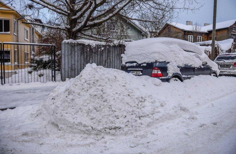 Lume alla mattunud autod Kalamajas