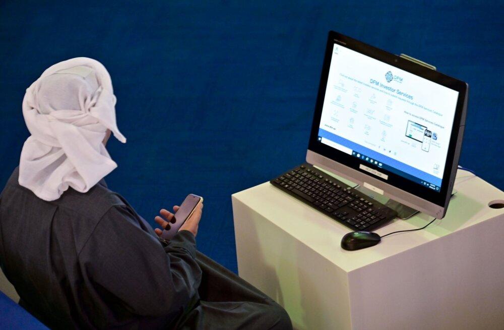 Araabia Ühendemiraatide maakler turul toimuvat jälgimas.