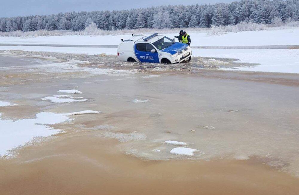 LUGEJA FOTOD | Politseiauto vajus läbi jää, korravalvurid pääsesid eluga