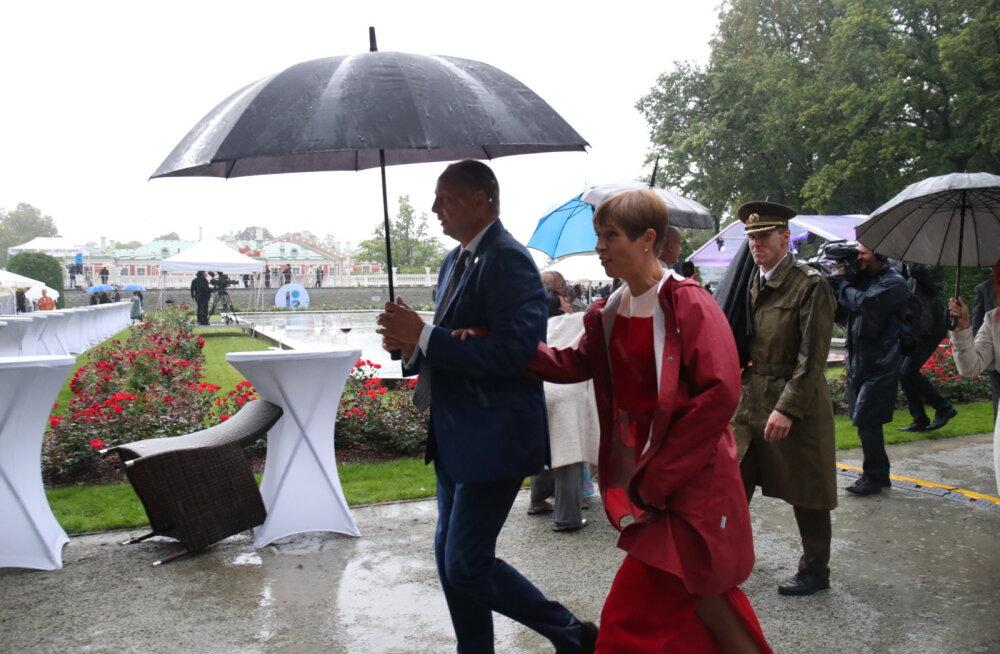 FOTO | Tõeliselt vihmane pidu! President Kaljulaid lisas punasele õhtukleidile sportliku vihmajope