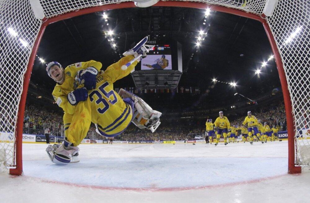 Kuld taskus, tormab William Nylander väravavaht Henrik Lundqvisti kummuli.