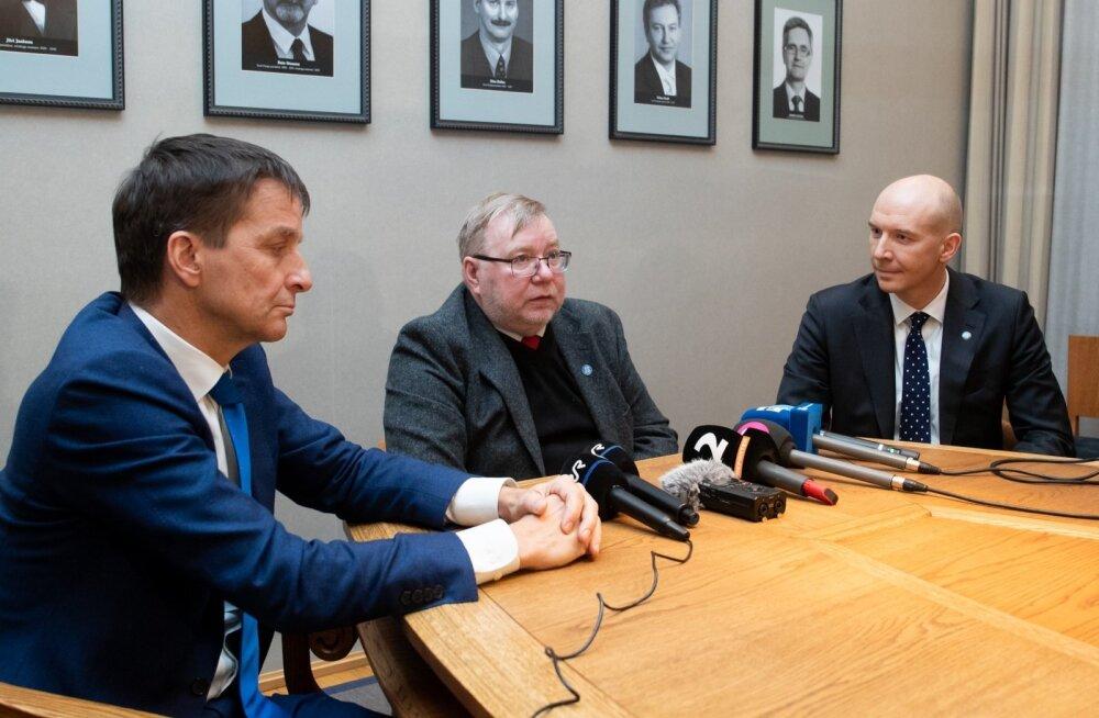 Vasakult: endine Eesti Panga president Ardo Hansson, Eesti Panga nõukogu esimees Mart Laar ja keskpanga uueks juhiks saanud Madis Müller 12. veebruaril, kui nõukogu otsustas ta presidendi kohale esitada.
