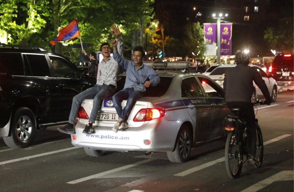 Ööl vastu teisipäeva tohtis Armeenia pealinnas Jerevanis Sargsjani lahkumist tähistada isegi politseiauto pagasiruumi peal istudes.