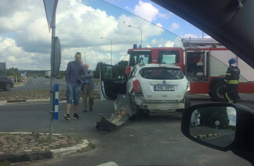 ФОТО: На шоссе Таллинн-Вильянди столкнулись Opel и Chrysler