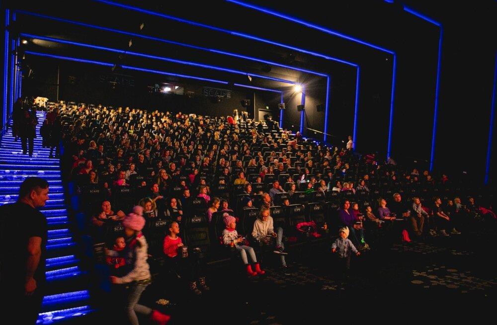 Lasterikkad pered tähistasid uue aasta algust ühise kinokülastusega