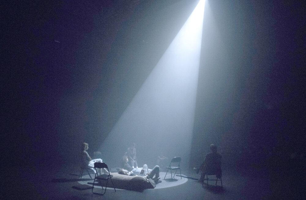 """""""Vahevald"""" ehk surmajärgsed kogemused Tartu Uues Teatris"""