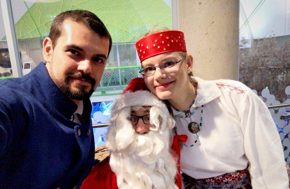 Eesti rahvatantsija Carlos Bentes Brasiiliast Tartu Vaimse Tervise Hooldekeskuse jõulupeol, paremal tantsupartner Varje Kass