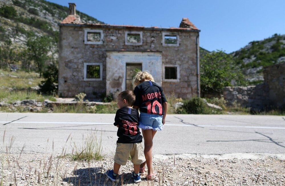 Luka Modrici särki kandvad noored jalgpallifännid finaali eel Modrici külas koondise kapteni sünnikodu ees.
