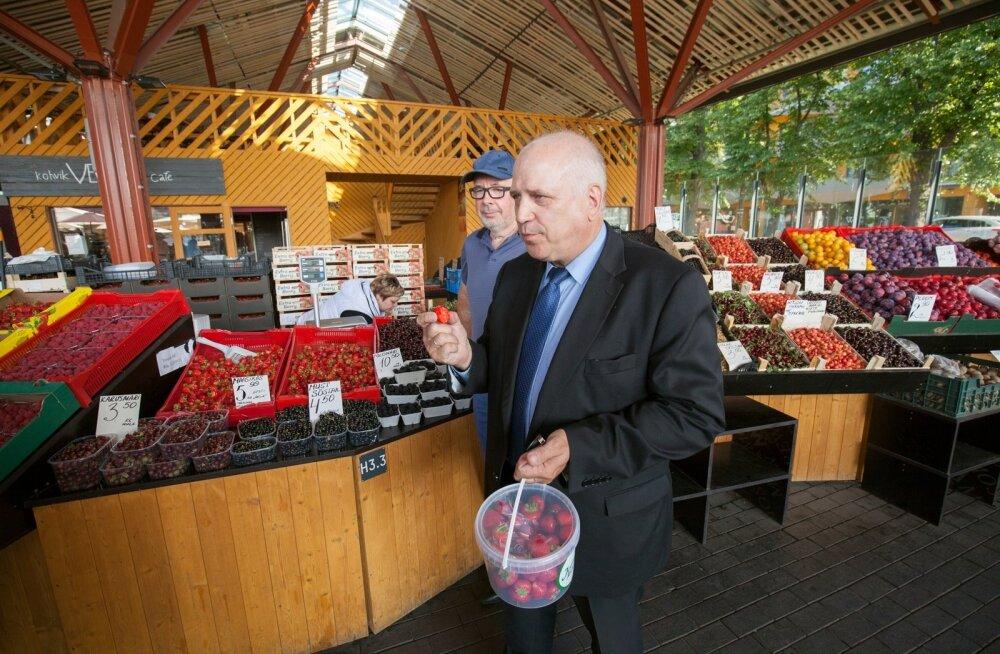 Minister Mart Järvik ja tema nõunik Maido Pajo Balti jaama turil maasikaid kontrollimas