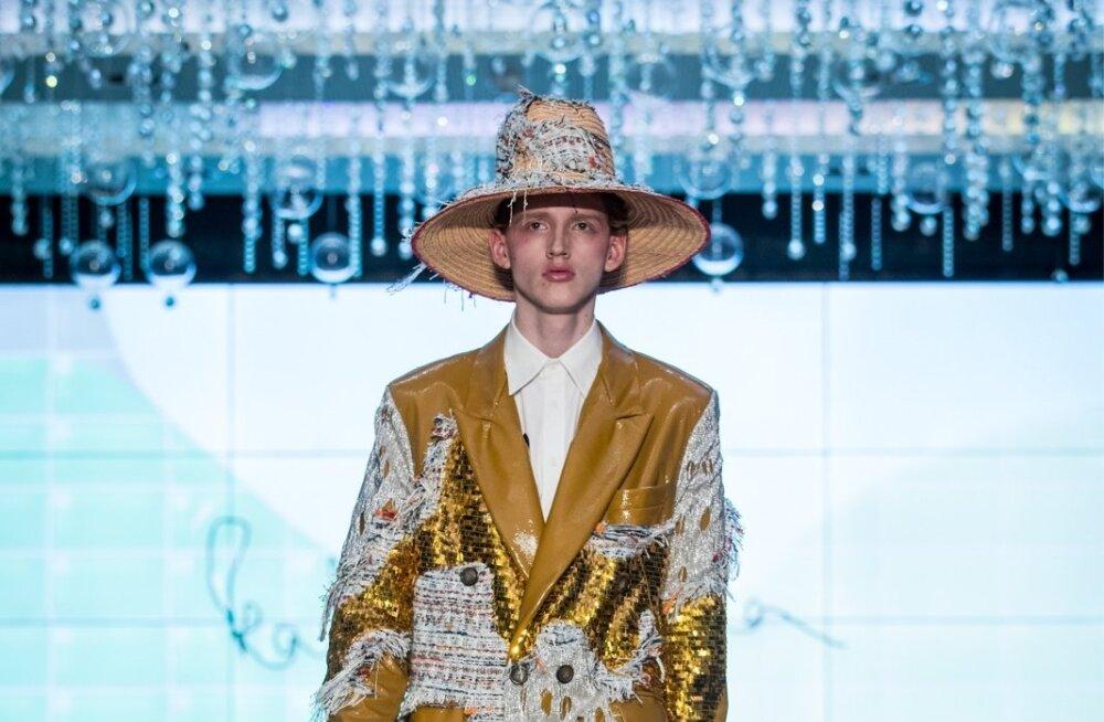 Katrin Aasmaa kulla ja karraga kaunistatud mantel sobib nii edevale mehele kui ka julgele naisele.
