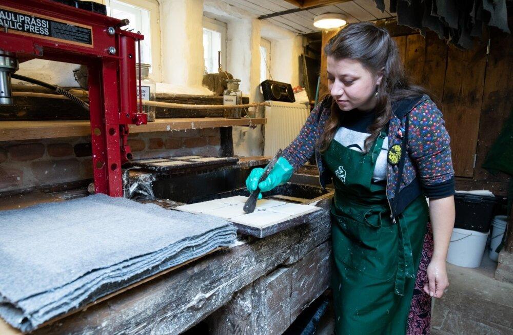 Labora paberimeister Mari Prekup jälgib, et paberimass laotuks raamis ühtlaselt.