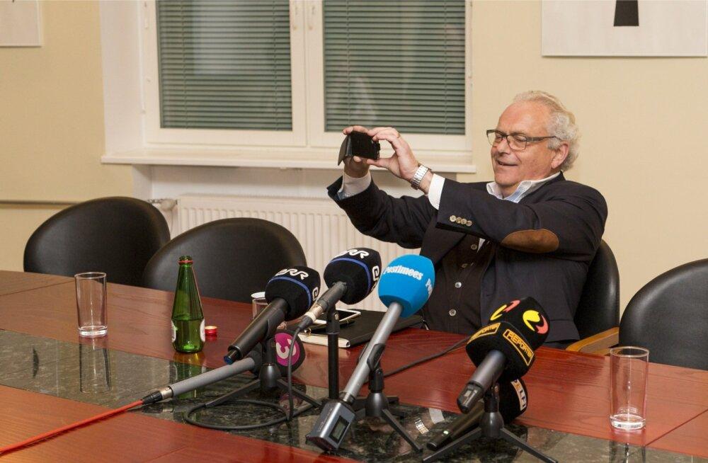 Estonian Airi juhil Jan Palméril polnud laupäeval põhjust norutada, sest ettevõttele said saatuslikuks varem tehtud vead. Seega jäädvustas ta ajaloolisel pressikonverentsil osalejad ka omalt poolt.