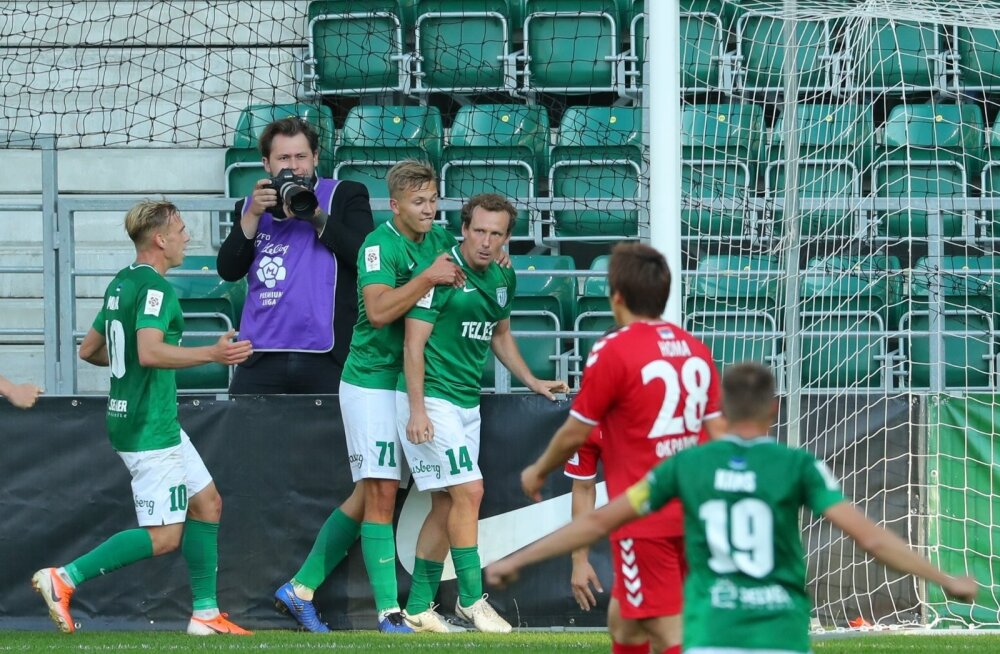 Mark Anders Lepik (nr. 71) ja Konstantin Vassiljev tähistamas Niši Radnički vastu löödud väravat.