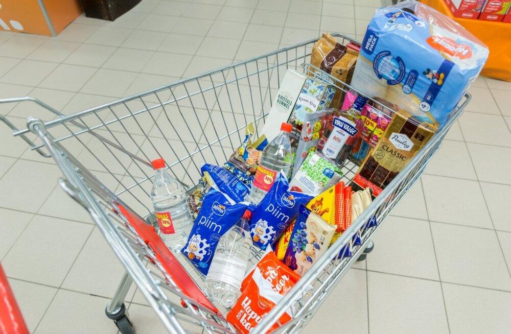 Eestisse poodi tulnud lätlase ostukorv sisaldab kohvi, piimatooteid, suhkrut, mähkmeid, Kalevi komme, äädikat, 80% viina, likööre ja kohukesi.