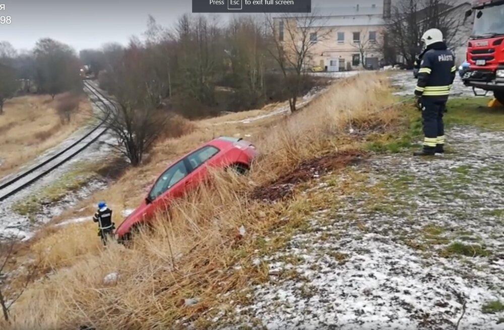 ВИДЕО | В Копли автомобиль съехал на железную дорогу