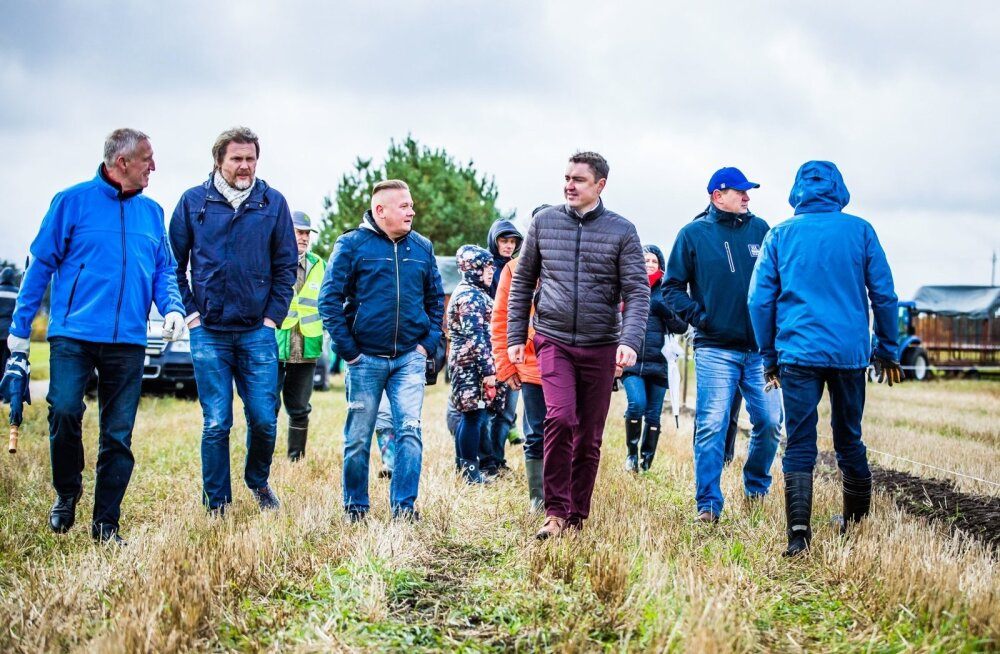 Tänavused VIP-kündjad olid (vasakult) Andres Oopkaup, Märt Treier, Sulo Tintse ja Taavi Rõivas. Pildil on veel ka VIP-võistluse kommentaator Marek Linnutaja. Kõige sirgemad vaod tulid välja Märt Treieril.