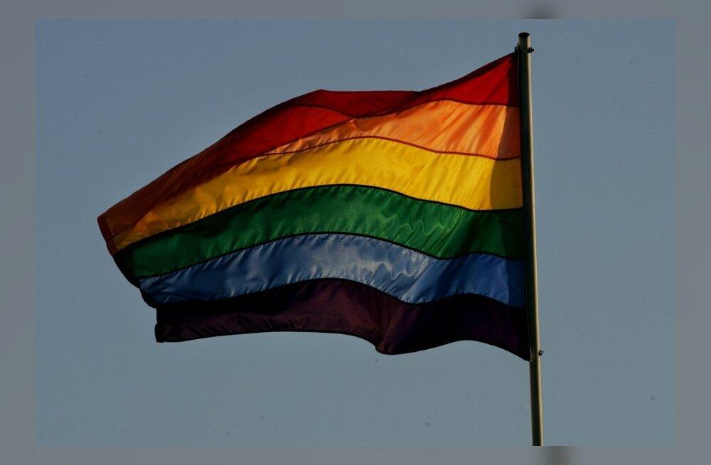 USA suursaatkond heiskab rahvusvahelise homofoobia vastu võitlemise päeva puhul vikerkaarelipu