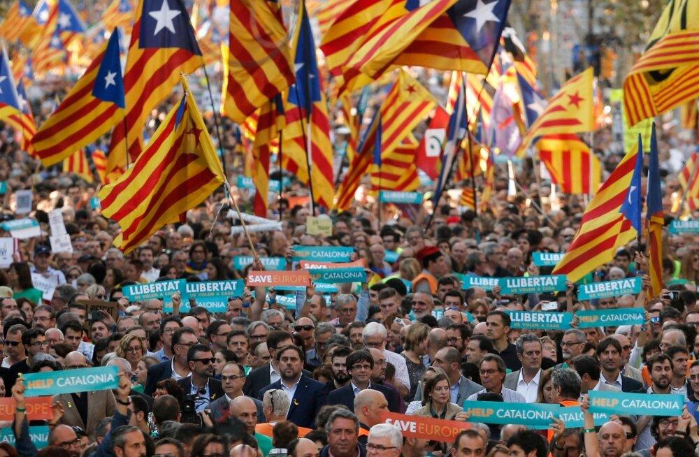 Laupäeval avaldas Barcelonas valitsuse otsuse vastu meelt ligi pool miljonit katalaani eesotsas president Carles Puidgemontiga