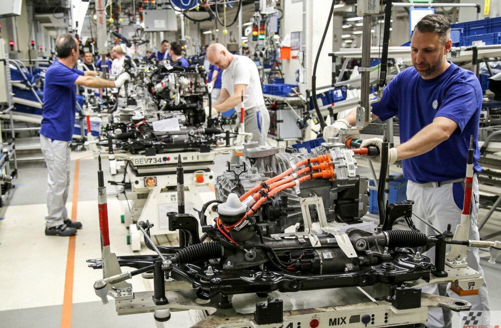 Koroonavits lööb valusalt: pea kõik autotootjad sulgevad tehaseid