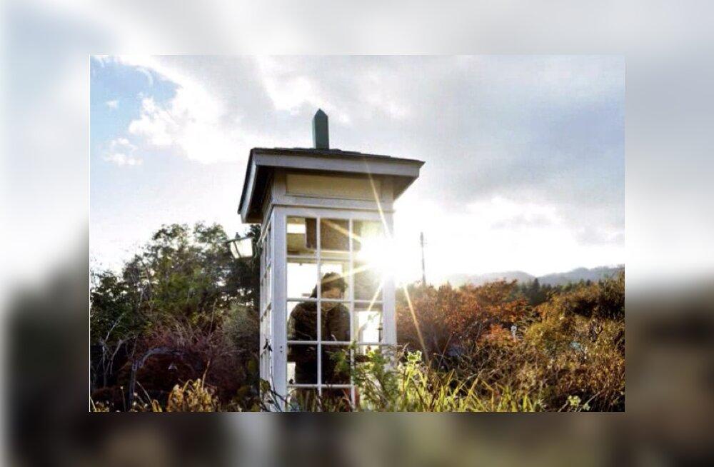 ФОТО   Звонок в никуда: телефонная будка без связи. Почему люди приезжают сюда со всего мира ради звонка