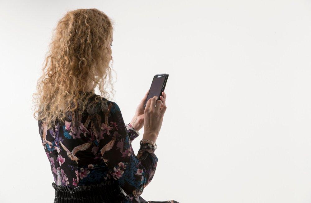 Naine arvuti ja mobiiliga