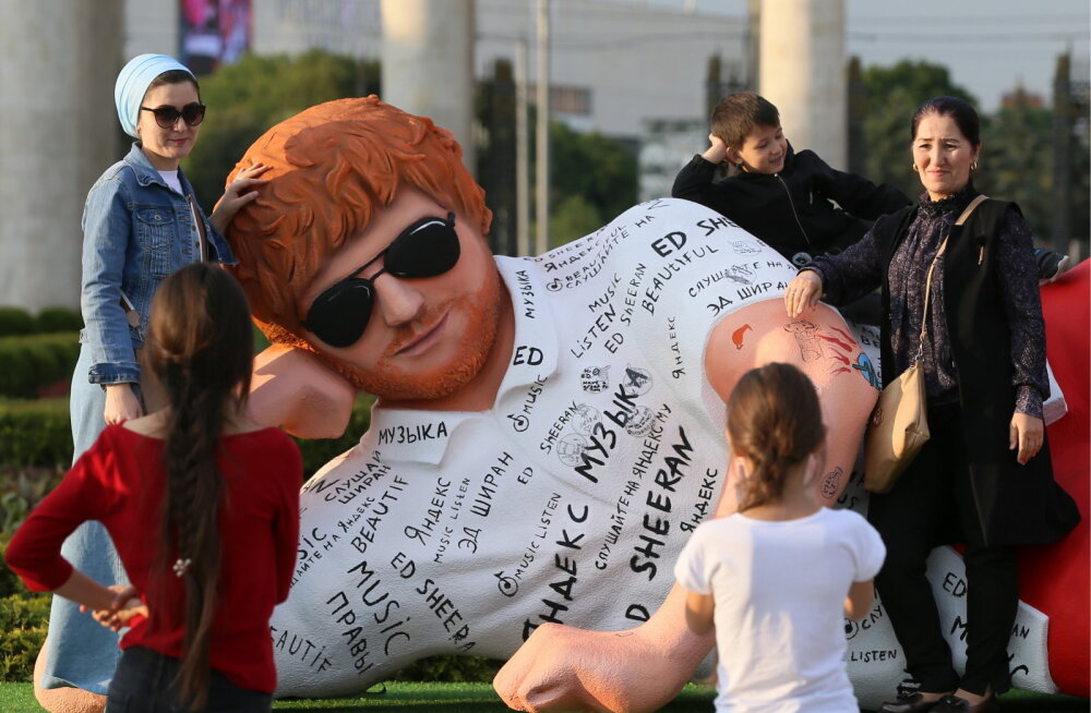 KLÕPS | Võimas! Fännid püstitasid Ed Sheerani auks Moskvasse punapäise skulptuuri