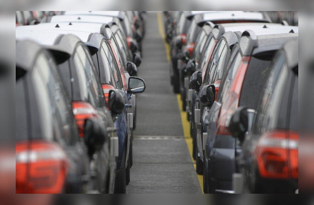 """FOTOD: Tohutud """"parklad"""", kus müümata autod vanaduspõlve veedavad"""