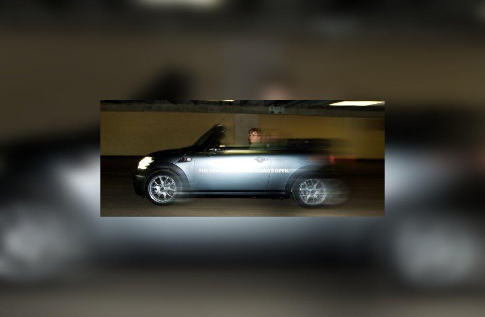 Mini Cooper C Cabrio omas elemendis - teistest äkitselt mööda tuiskamas