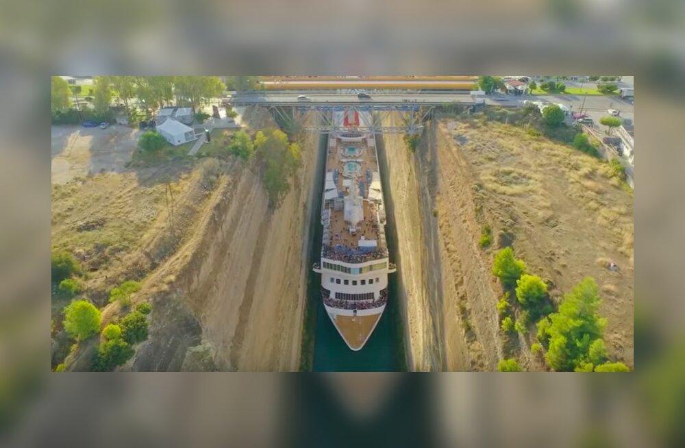 ВИДЕО   Невероятно: Огромный круизный лайнер втиснулся в узкий канал