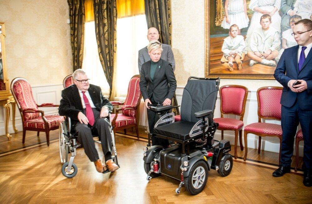 Edgar Savisaarele kingiti elektriline ratastool