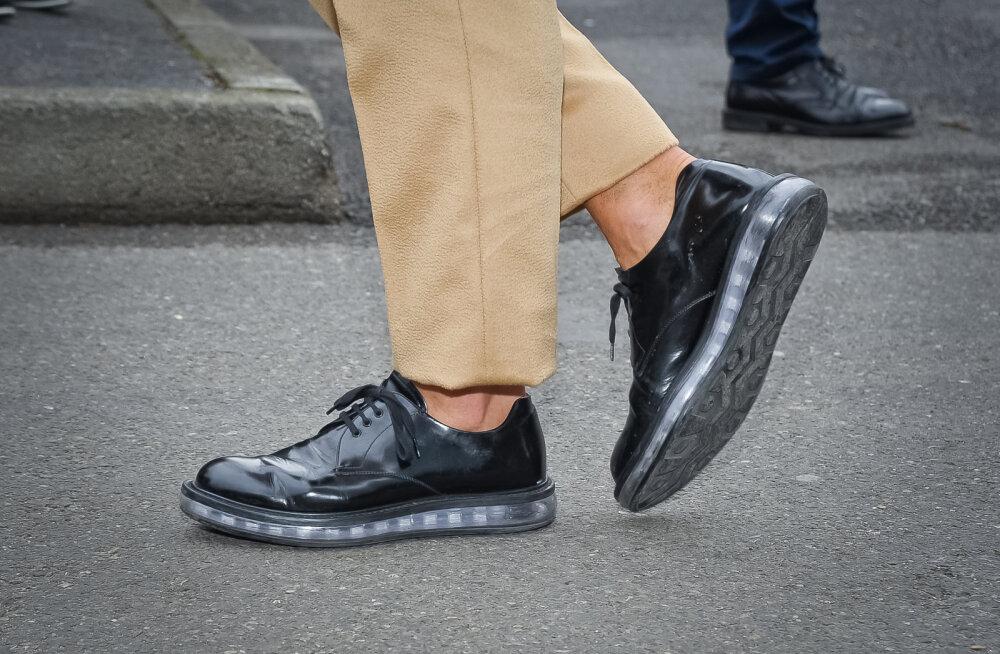 Kallid Armani kingad hakkasid juba poole tunni kandmisega lagunema