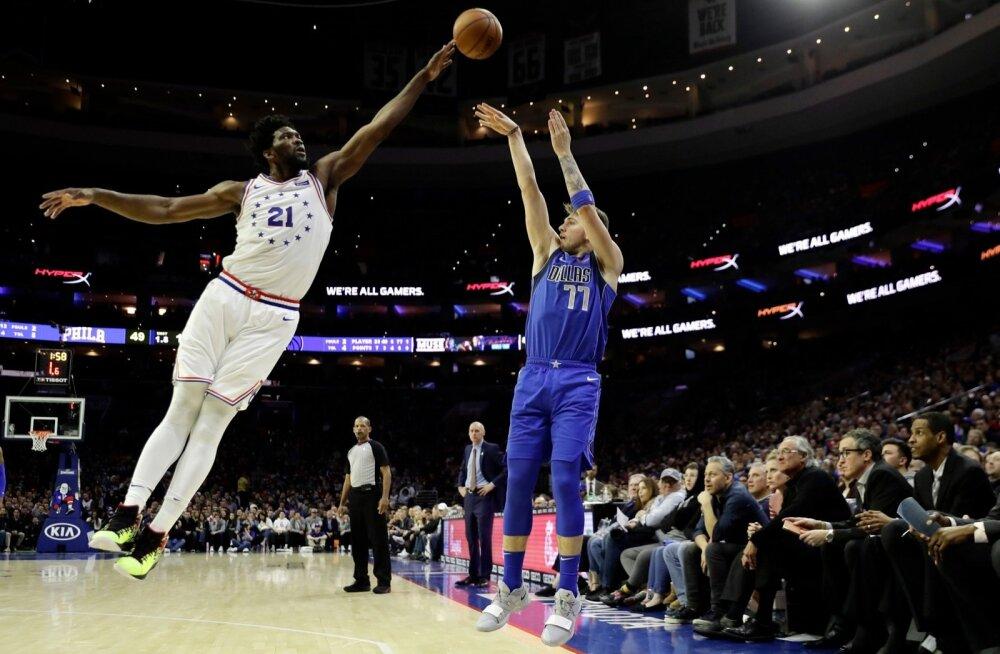 Kui Joel Embiid terve püsib, on ta võimeline Philadelphia 76ersi NBA meistriks aitama. Pildil satub tema pikkade käte ohvriks Luka Dončić.