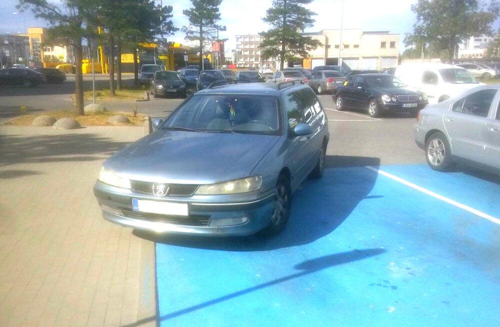 """ФОТО читателя Delfi: """"Короли парковки"""" не имеют никакого уважения к инвалидам"""