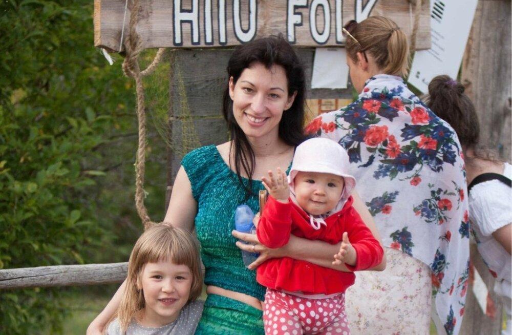 Astrid Nõlvak koos oma tütre Marie-Eliise (süles) ning õetütre Eliisabetiga eelmisel Hiiu Folgil.
