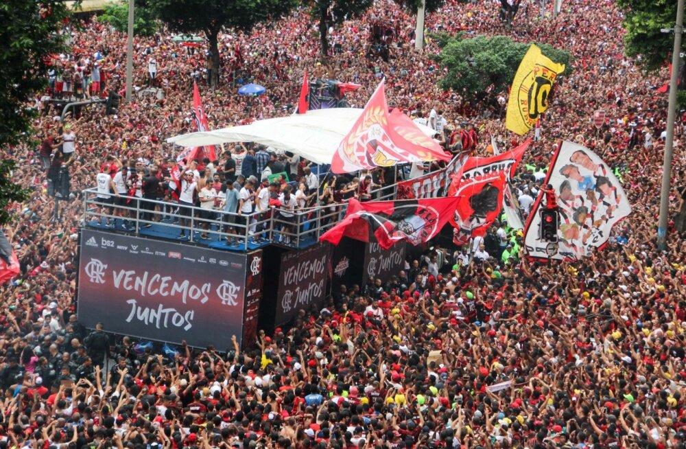 Flamengo fännid mängijaid tervitamas.